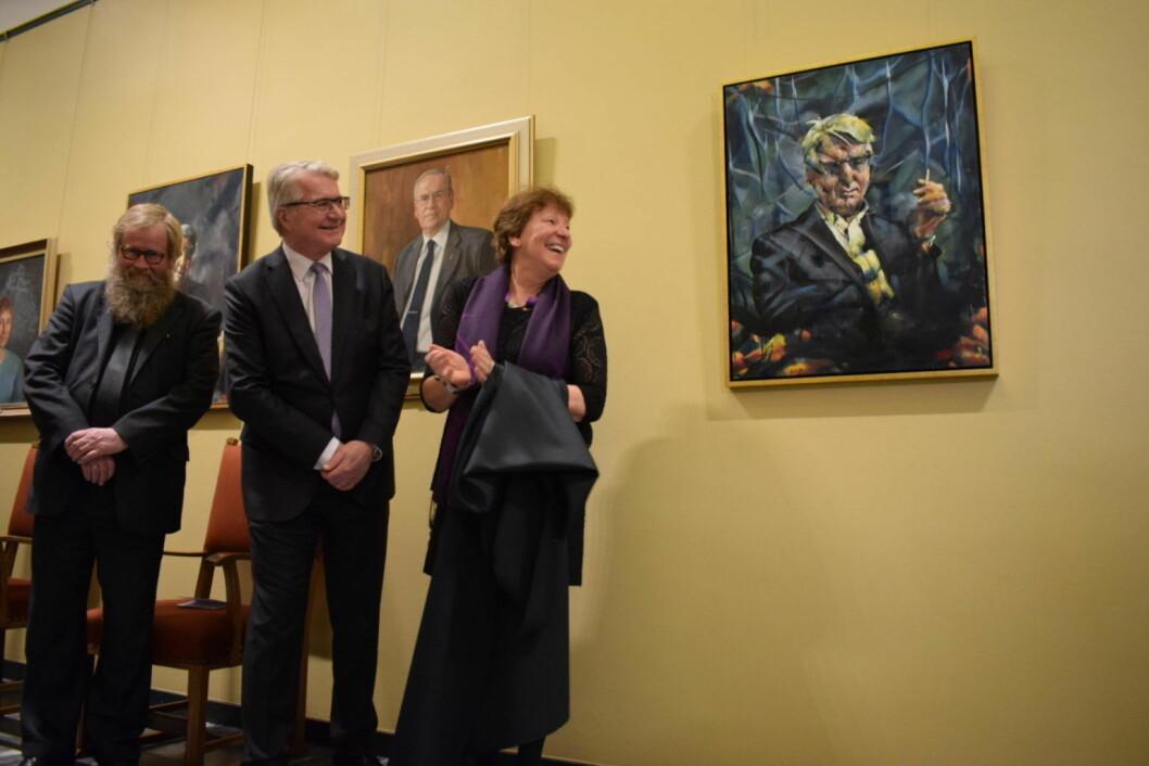 Også ex-ordfører Fabian Stang er nå foreviget i ordførergangen på Rådhuset. Til venstre maler Håkon Gullvåg. Til høyre, ordfører Marianne Borgen. Foto: Memoona Saleem