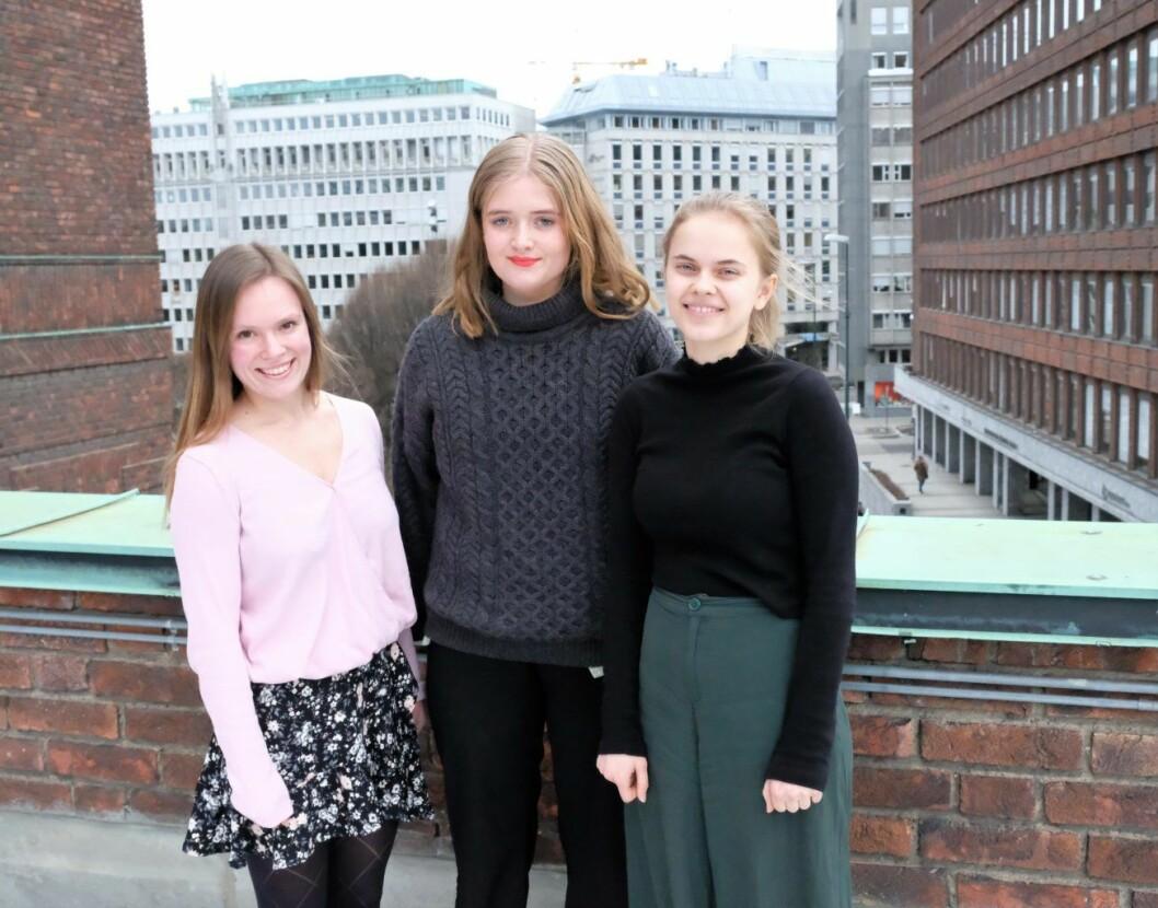 Mari Morken fra Oslo AUF  (t.v), Astrid Elgethun fra Oslo SV og leder i Oslo Grønn Ungdom, Christine Evjen (t.h) er glad for at retusjert reklame i framtiden blir forbudt på kommunal eiendom. Foto: Christian Boger