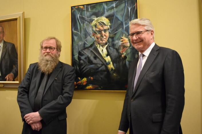 Portrettmaler Håkon Gullvåg sammen med ex-ordføreren. Foto: Memoona Saleem