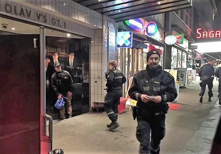 Fire politipatruljer var innom Saga kino for å sjekke ut forholdene etter at de var blitt varslet. Foto: Mina Adampour