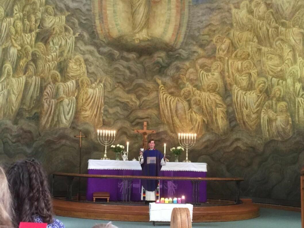 Prest Sara Moss-Fongen fortalte i sin preken historien om Jesus som ble rasende på kjøpmennene på tempelplassen, kalte det en røverhule og rev ned bod etter bod. Foto: Kjersti Opstad