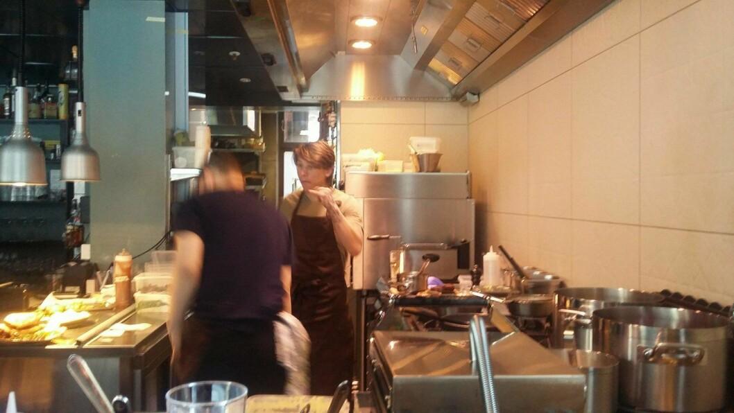 Kjøkkenet på Gunnars Generasjonsbar er åpent for alle tilskuere. Foto: Irina Tanase