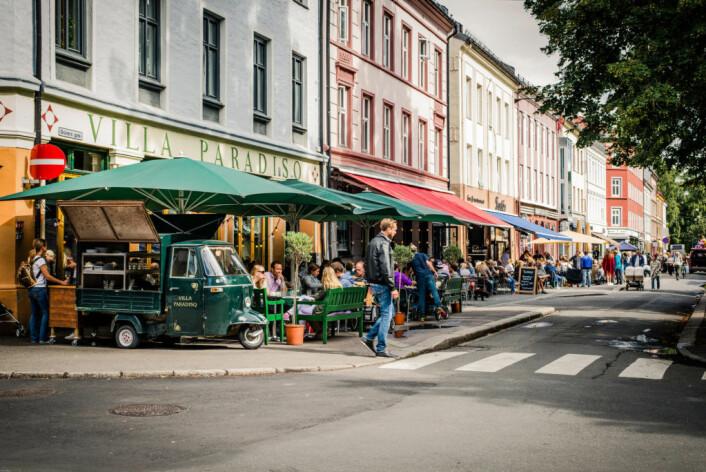 Tusenvis av mennesker samles ved og i Olaf Ryes plass en solfylt vår- eller sommerkveld. Med byrådets skjenkeregler kuttes uteserveringen med en time. Foto: Glenn Wedin / Flickr