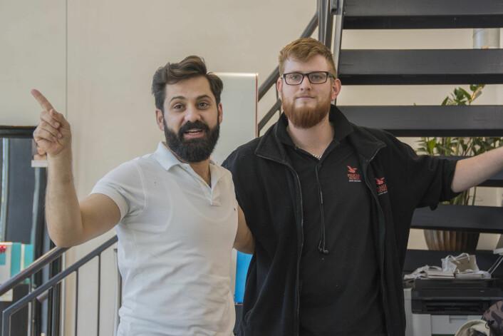 Thaer Abo Issa sammen med kaffemaskinreparatør og frisørmodell Magnus Hestad. Foto: Morten Lauveng Jørgensen