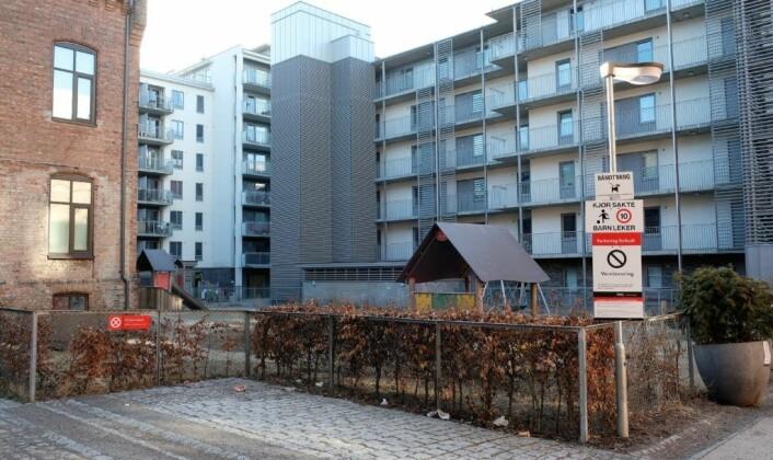 Det er inn mot denne bakgården naboer og bydelsadministrasjonen frykter støy fra det foreslåtte ølkultursenteret. Foto: Christian Boger
