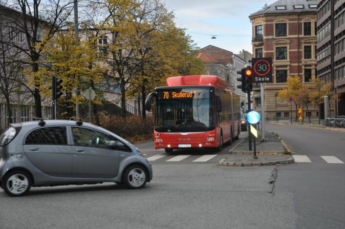 Busser og utrykninsgskjøretøy skal få passere bommene som kommer i Løkkeveien. Men både privatbilister og næringslivet må finne andre gater når den sterkt trafikerte gjennomfartsåren prøvestenges. Foto: Arnsten Linstad