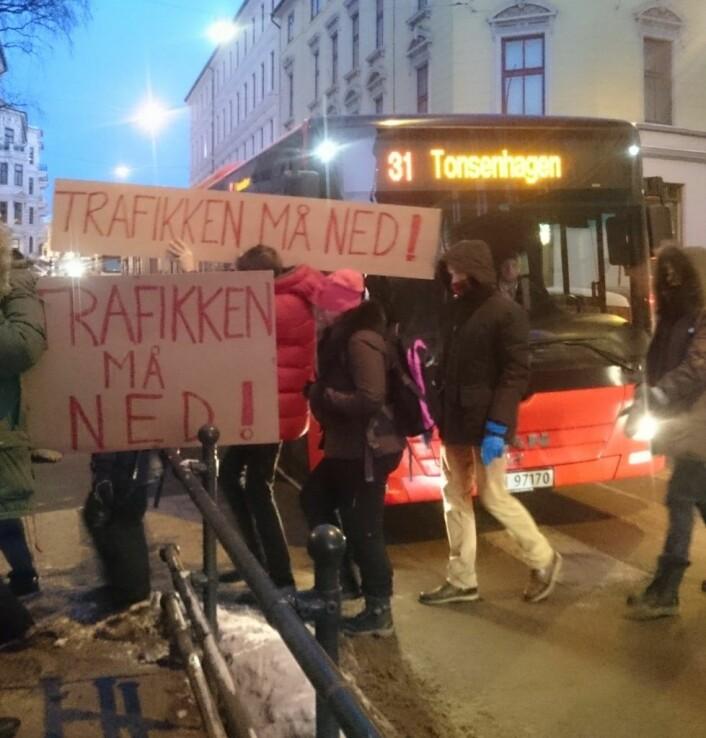 Beboerforeningen og aksjonister har nådd frem med protestene. Men bussene skal fortsatt få kjøre når Ruseløkkveien prøvestenges for all annen bilisme utenom utrykningskjøretøy. Foto: Marianne Grøtte / Radikal Portal