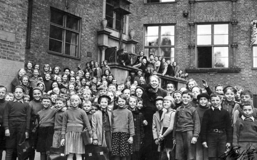 Overlærer Anna Sethne, 1872–1961, sammen med elever ved Sagene skole i Oslo. Bildet er trolig tatt i slutten av 1920-årene. Foto: Sagene skole