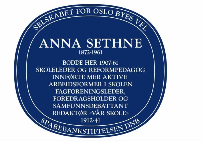 Anna Sethne er hedret av Oslo byes vel med et blått skilt i Eugenies gate 22A.