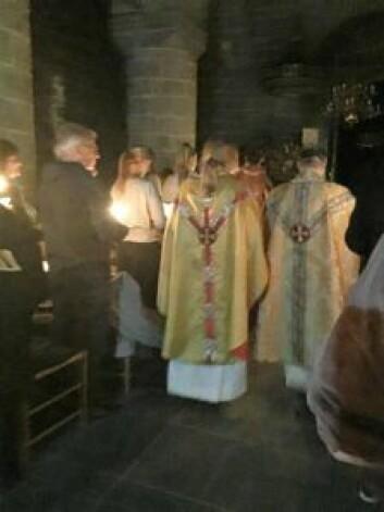 Prestene velsigner oss med hellig vann. Foto: Kjersti Opstad