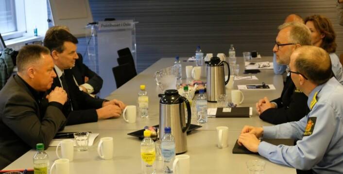 Den nyutnevnte justis- og beredskapsministeren Tor Mikkel Wara (Frp) diskuterte mandag kriminalitetsutfordringene i Oslo med politimester Hans Sverre Sjøvold og andre ledere ved Oslo politidistrikt. Foto: Christian Boger