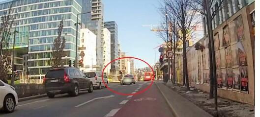 Galematias-kjøring i Bjørvika: Taxisjåfør kjører på rødt, drar nesten med seg fotgjenger og sneier en grønn buss