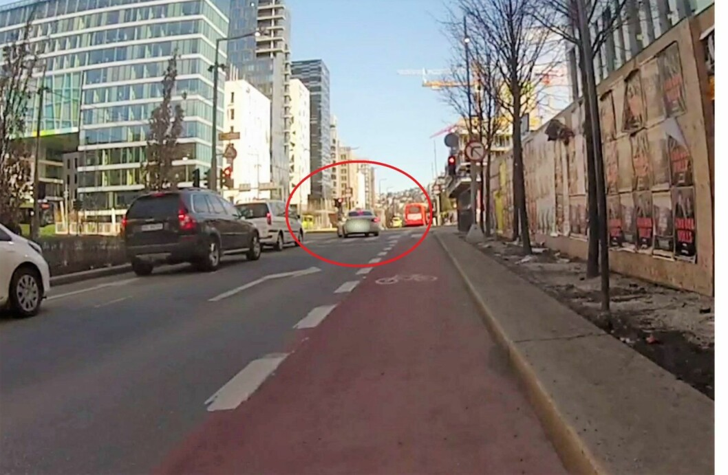 Taxi kjører på rødt i Dronning Eufemias gate og treffer nesten forgjenger og buss. Skjermbilde