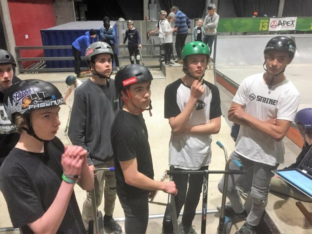 Scoot-deltakerne lytter oppmerksomt til reglene for mesterskapet. Foto: Vegard Velle