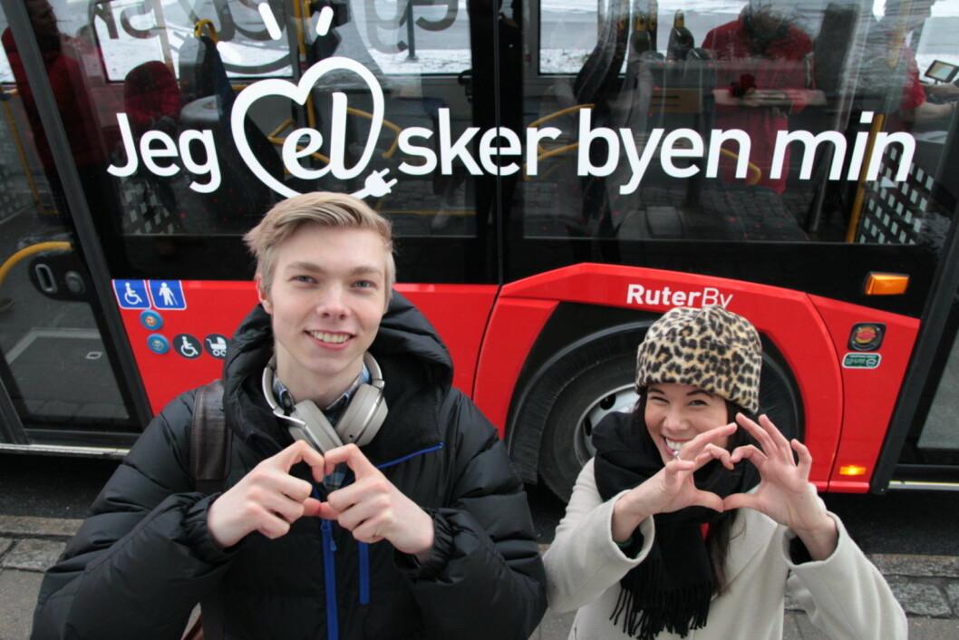 Elbussentusiast Stian Nandrup var sammen med byråd Lan Marie Berg med på den første turen med kunder fra da Norgesbuss kjørte fra Vippetangen mot Tonsenhagen i desember i fjor. Foto: Ruter