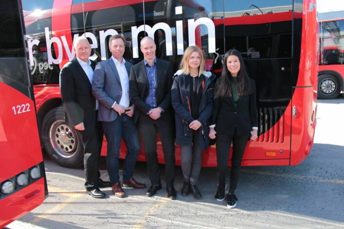 Øystein Svendsen (Unibuss), Atle Rønning (Norgesbuss), Jan Volsdal (Nobina), markedsdirektør Ellen Rogde i Ruter og byråd Lan Marie Berg står bak den nye elbuss-satsingen. Foto: Ruter