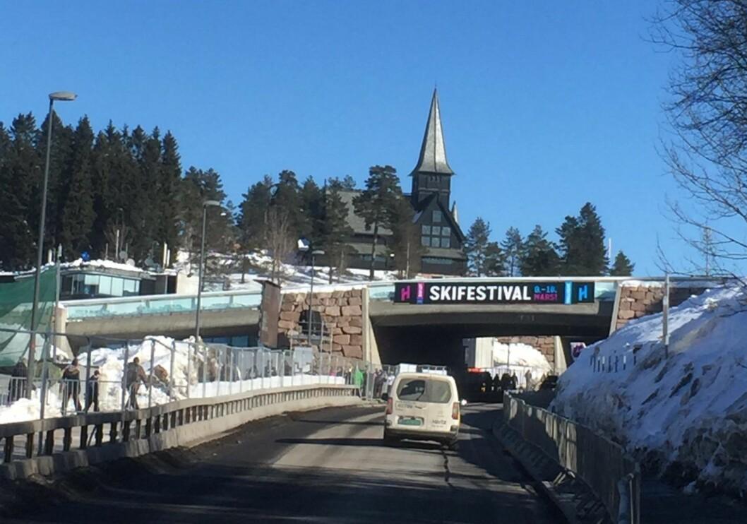 Denne søndagen var det både worldcup i skiskyting og åpen kirke i Holmenkollen kapell. Foto: Kjersti Opstad