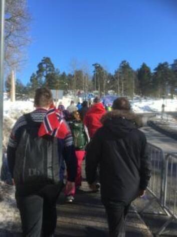 Pent i kø marsjerte jeg til kirken. Omringet av norske flagg og akkompagnert av klimrende kubjeller. Foto: Kjersti Opstad