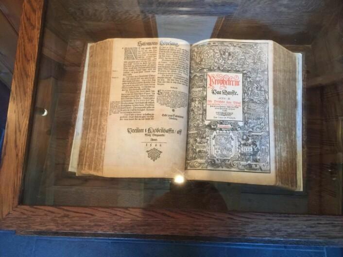 Fredrik II's bibel oppbevares trygt i en monterkasse i kapellets inngangsparti. Foto: Kjersti Opstad
