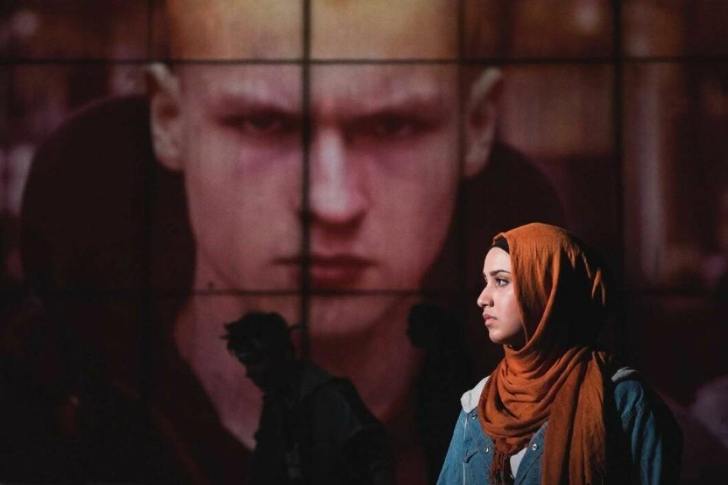 Faten Mahdi Al-Hussaini foran bilde av skinhead. Foto: Dag Jenssen