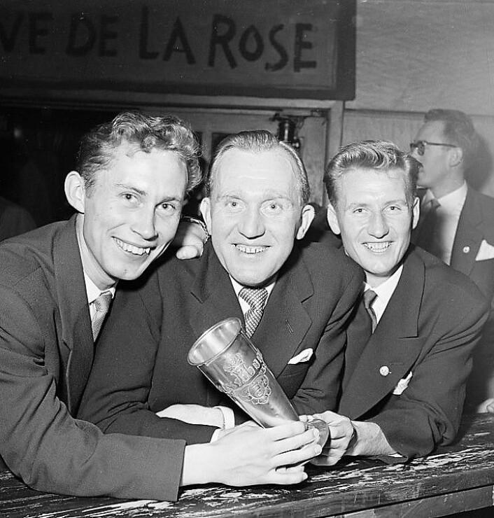 Hans Nordahl, i midten, med kongepokalen fra 1955 etter seieren over Lillestrøm i cupfinalen. Til venstre, Jan Erik Wold, og til høyre, Jack Farem. Foto: Riksarkivet/billedbladet Nå.