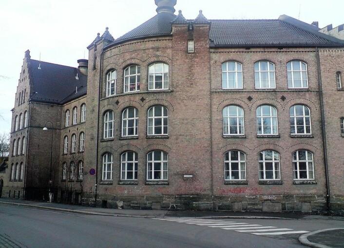 Ved Gamlebyen skole er arbeidet for å innføre bilfrie soner allerede startet. Foto: PaulVIF / Wikimedia Commons