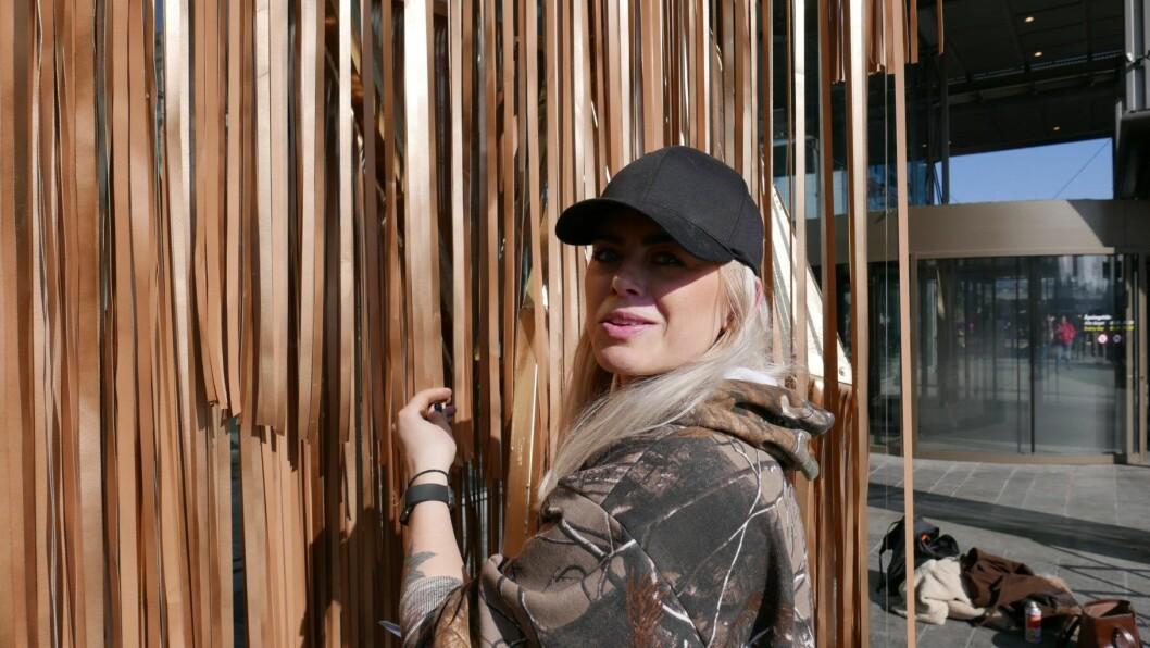 Skulptør Signe Solberg står bak det nye kunstverket folk ser når de skal inn på Oslo S. Foto: Privat