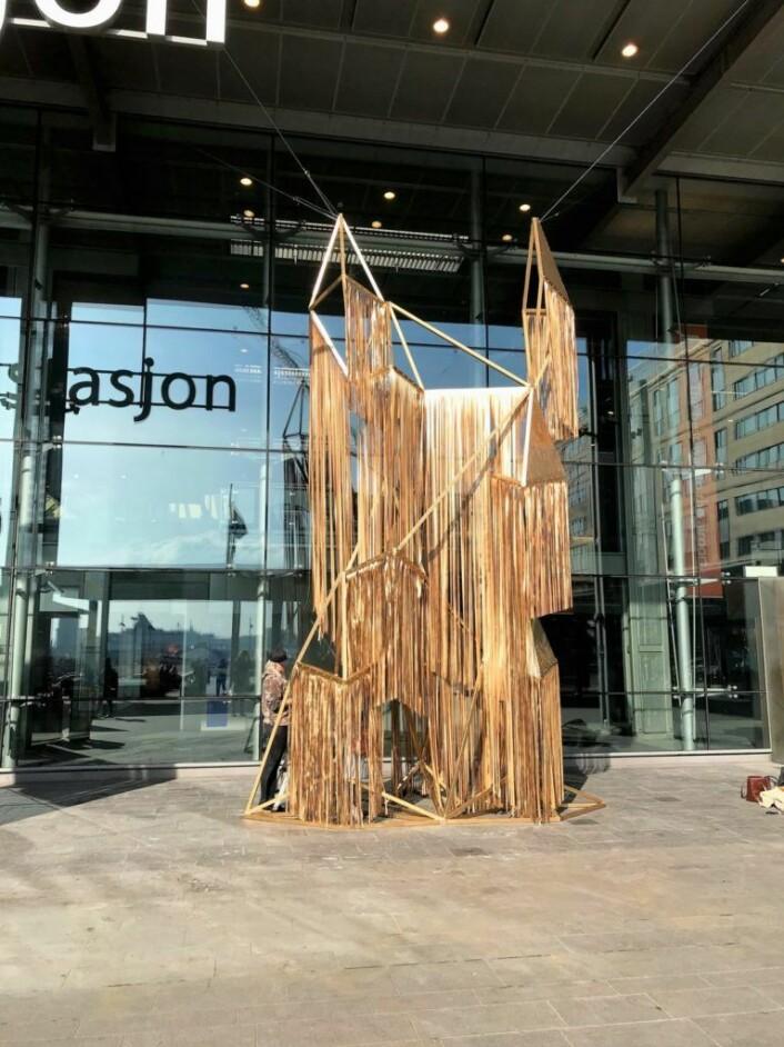 Skulpturen All its glory står nå ved inngangen til flytogterminalen på Oslo S. Foto: Signe Solberg