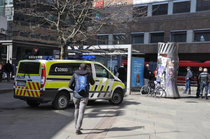 Det var tomt for misbrukere og tomt i politibilen. Tre uniformerte politimenn ruslet rundt i vårsola og snakket med ventende passasjerer ved holdeplassen i krysset Brugata/Storgata. Foto: Arnsten Linstad