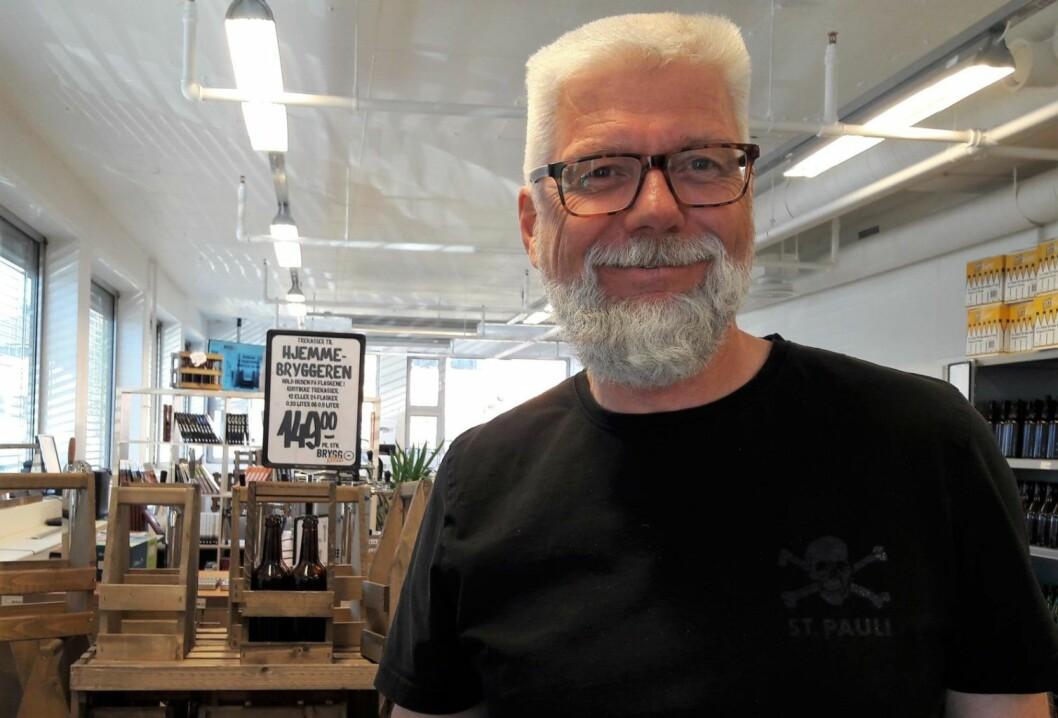 Johan Bergh har handlet inn råvarer til ølbrygging. Nå blir det godt, hjemmelaget øl på Bergh og kameratene fra Hovinbekken. Foto. Anders Høilund