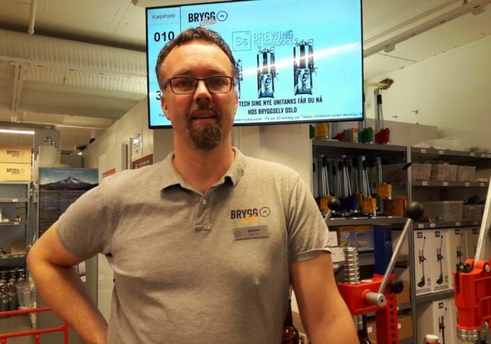 - Vi lærer bort knepene som gir deg godt, hjemmebrygget øl, sier daglig leder hos Bryggselv Megastore på Hasle, Jørgen Jansson. Foto: Anders Høilund