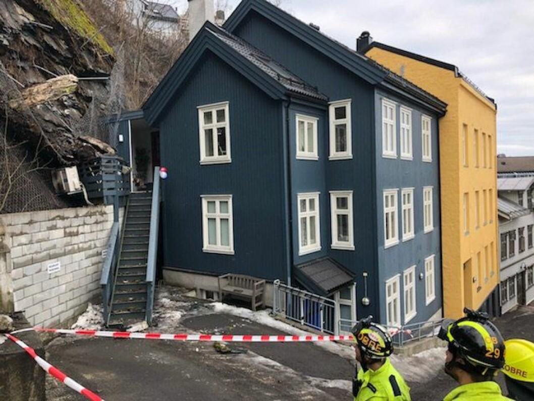 Til venstre for inngangen sees steinene som raste ned deler av gjerdet og mot huset 10.april. Foto: Oslo brann- og redningsetat