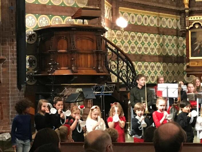 Aspirantene i Grünerløkka skoles musikkorps opptrer i Paulus kirke med hjemmelagete instrumenter. Foto: Elisabeth H. Todal