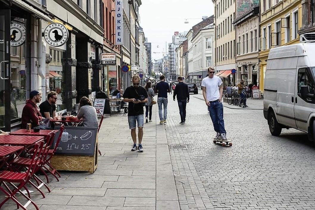 Slik ser Torggata ut i dag. Gata blir brukt av gående, skateboardere, syklister og bilister, side ved side. Foto: Amund Johne