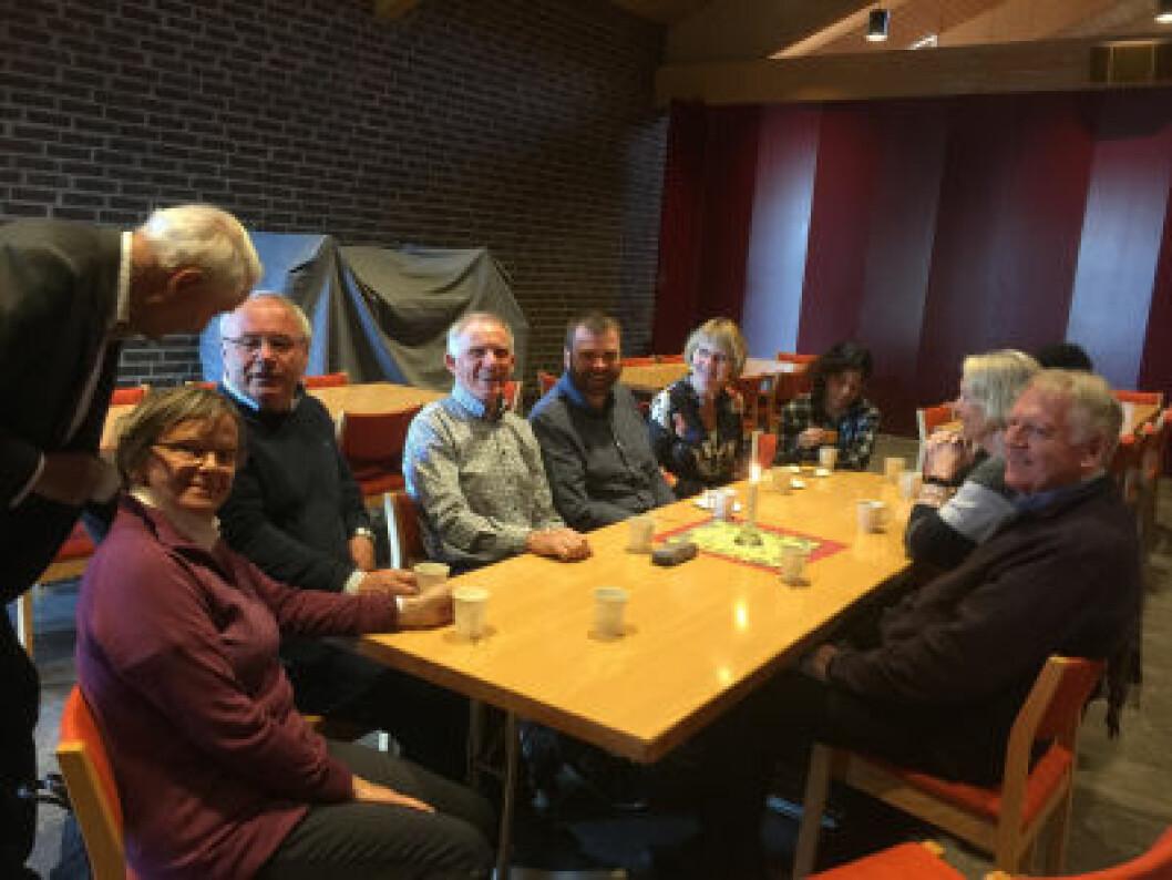 Flere ved bordet var med på å samle inn penger til ny kirke på Stovner, og var med på byggingen. Foto: Kjersti Opstad