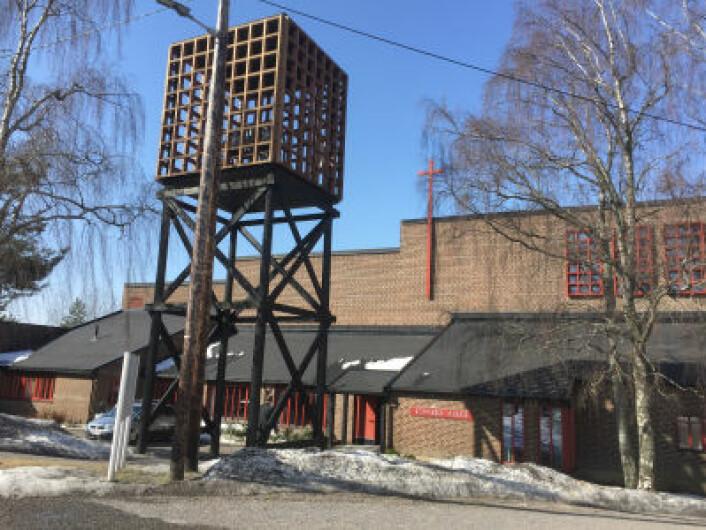 Nedleggingstruede Stovner kirke ble innviet i 1979. Den er bygget med rød teglstein. Foto: Kjersti Opstad