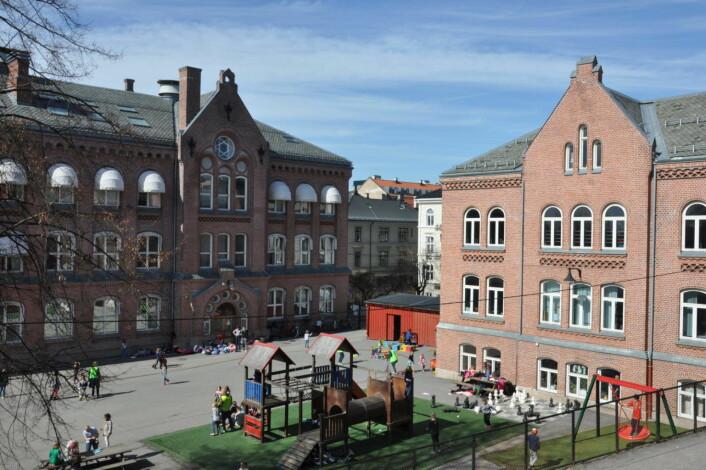 Bolteløkka skolegård er asfaltert og trang. Nå må kommunen sperre nedre del av Bolteløkka allé og kjøpe den private tomten vis-a-vis skolen, mener både bydelsutvalg og foreldre. Foto: Arnsten Linstad