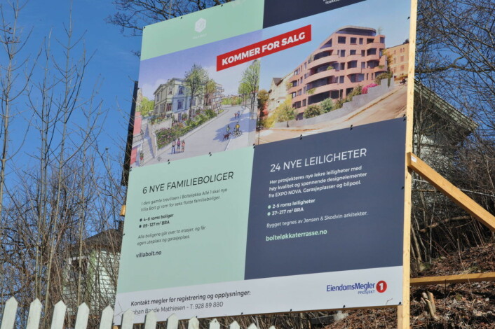 Mens plan- og bygningsetaten behandler søknaden om rammetillatelse står dette skiltet på tomta vis-a-vis Bolteløkka skole. Foto: Arnsten Linstad