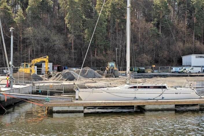 Slik ser det ut på anleggsplassen innerst i Bestumkilen. Bak den fortøyde seilbåten sees tydelig omfanget av anleggsarbeidene. Foto: Morten Lauveng Jørgensen
