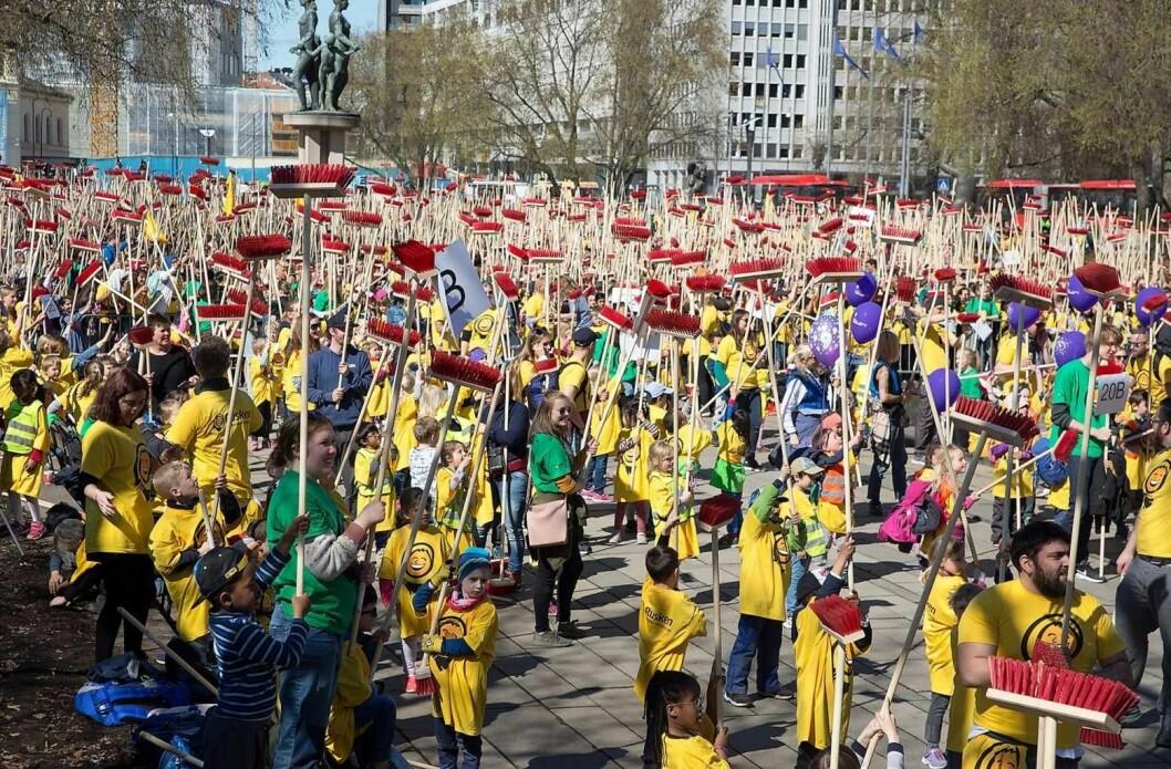 Over fem tusen røde feiekoster i været og ny verdensrekord på Rådhusplassen. Foto:Tuva F. Walaker, Kikkut