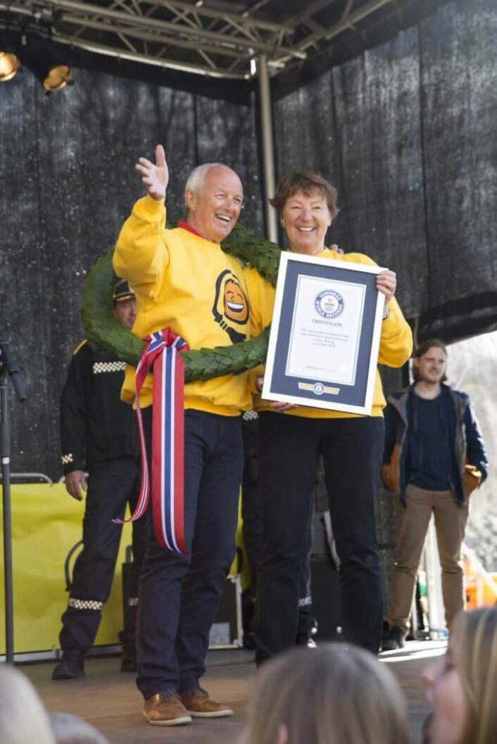 Ruskengeneral Jan Hauger og ordfører Marianne Borgen med laurbærkrans og diplom for godkjent verdensrekord. Foto: Tuva F. Walaker, Kikkut