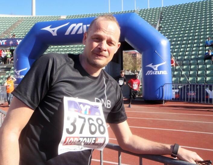 DNB stilte med hele 78 lag i årets Holmenkollstafett. Bjørn Andenæs var en av over 1100 løpere fra DNB som løp i Oslos gater på lørdag. Foto: Anders Høilund