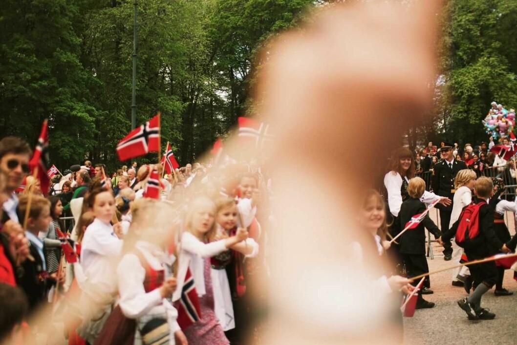 Urra sier hurra. Uranienborg skole på vei opp mot Slottet.  Foto: Thomas Røst Stenerud / Flickr