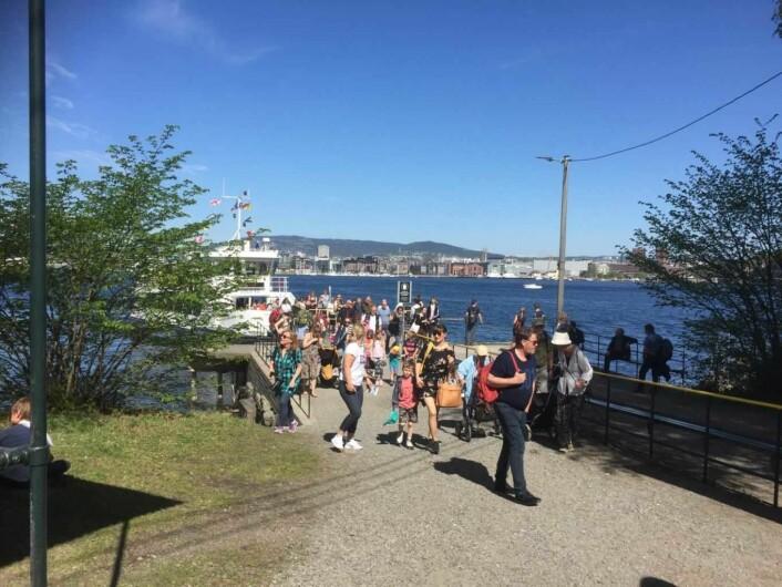 Vi var mange som tok turen over til Hovedøya denne dagen. Noen for å delta i gudstjenesten, men de fleste for å nyte det vakre sommerværet på de fantastiske øyperlene våre. Foto: Kjersti Opstad