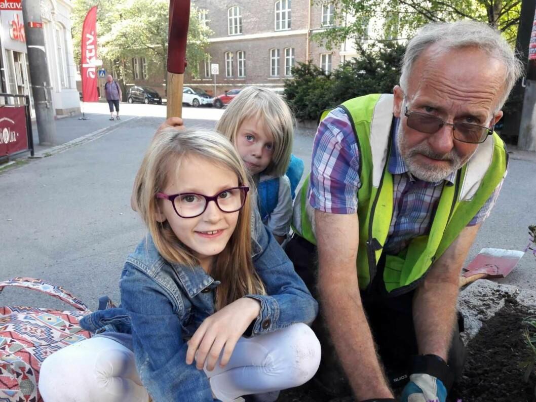 Gartner Erling Riis er en god pedagog for barna, og veileder Sarah fra femteklasse. Sarahs fadderbarn Thale er med som en slags lærling, og får holde spaden så lenge. Foto: Anders Høilund