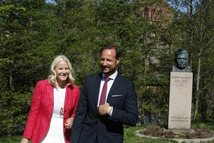 Kronprinsparet fikk trolig et glimt av Akerselva da de fikk se bysten av forfatteren Oskar Braathen ved Beierbrua og Hønse-Lovisas hus på Sagene. Foto: Eivor Eriksen