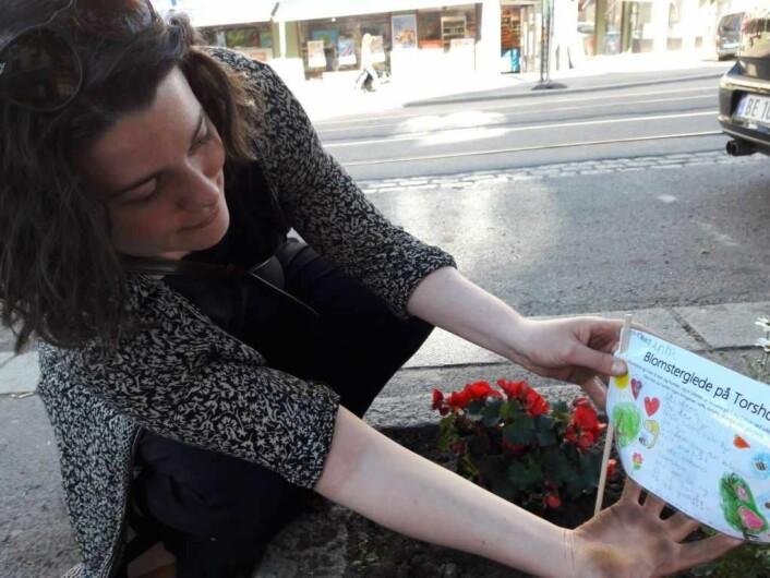 Miljøkonsulent Helene Sætre fra bydel Sagene lot seg engasjere av prosjektet, og en miljøkonsulent er ikke redd for å få litt jord på hendene. Foto: Anders Høilund