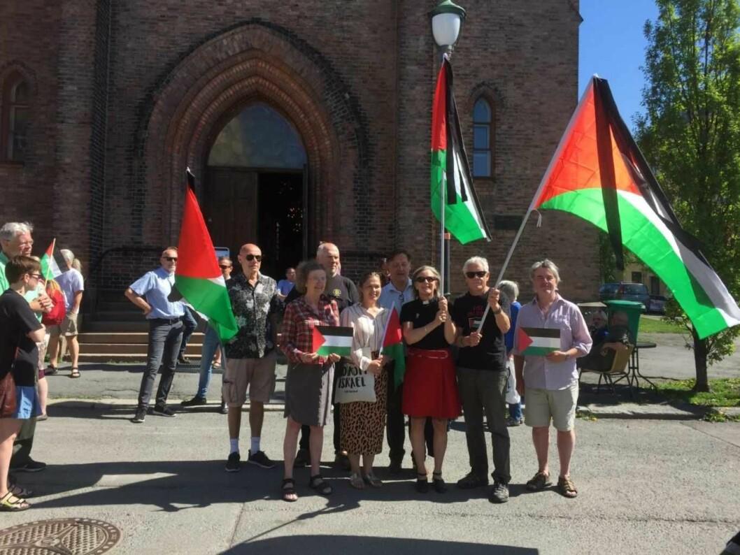 - Vi kjemper for menneskeverdet, sa de på kirketrappen og holdt hardt i palestinaflaggene med sørgebånd på. Foto: Kjersti Opstad