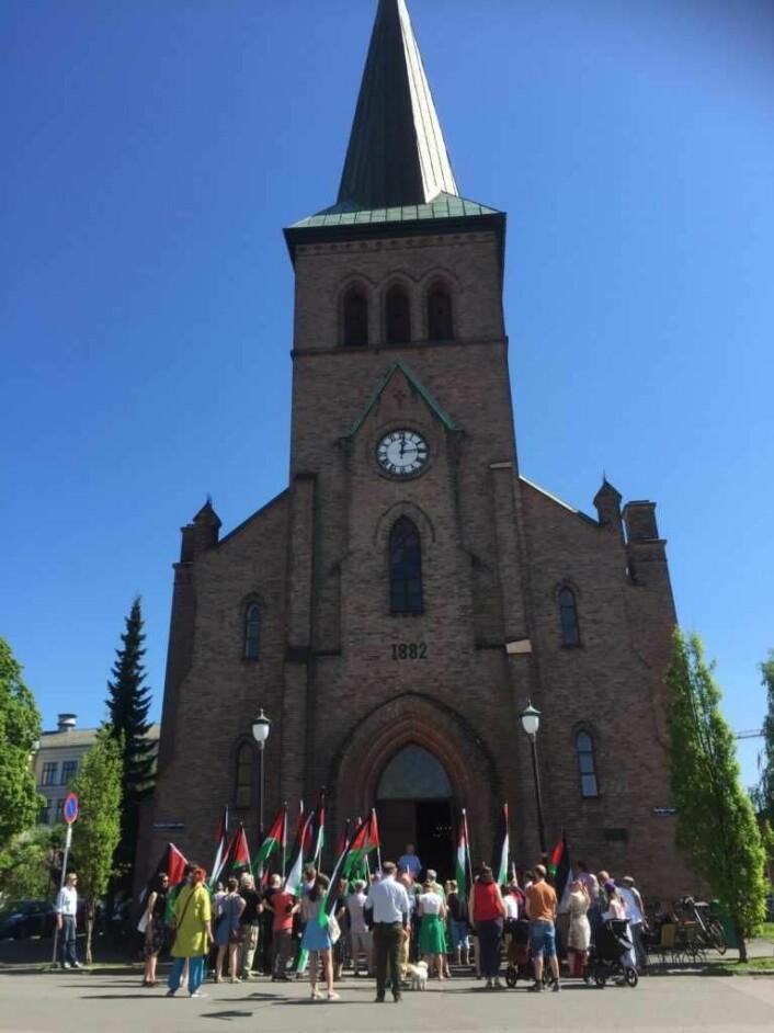 Vi er en stor gjeng som møter opp for å markere solidaritet med det palestinske folket denne varme maidagen. Foto: Kjersti Opstad