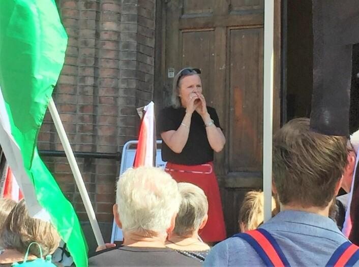 Sogneprest i Kampen menighet, Marit Skjeggestad, ønsker oss velkommen og minner om den større markeringen foran Stortinget senere på dagen. Foto: Kjersti Opstad